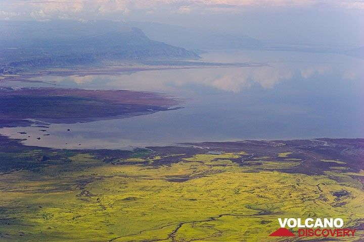 Lake Natron und der Steilabhang des Rift Valleys vom Gipfel des Lengai aus gesehen (Photo: Tom Pfeiffer)
