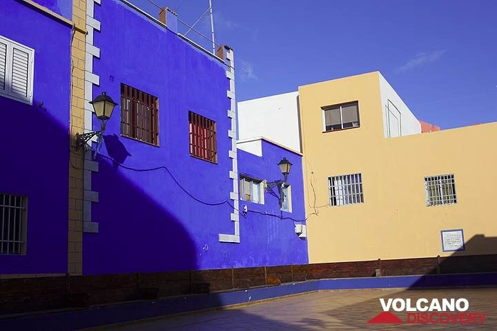 Modern architecture in colorful La Restinga (Photo: Tom Pfeiffer)