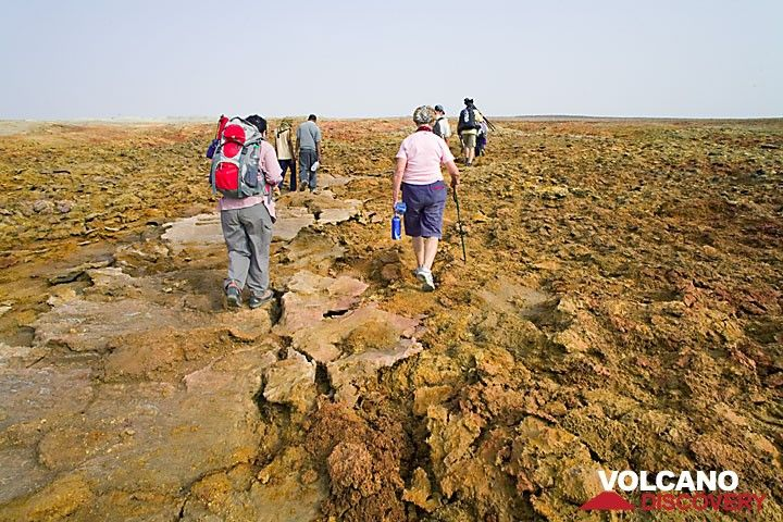 We hike uphill to Dallol, the strange volcano... (Photo: Tom Pfeiffer)