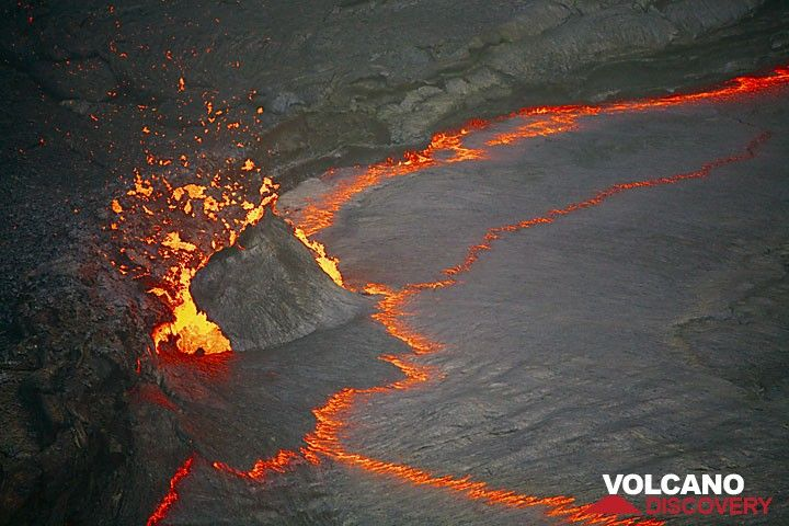 Magma bubble disrupting the crust of the lava lake. (Photo: Tom Pfeiffer)