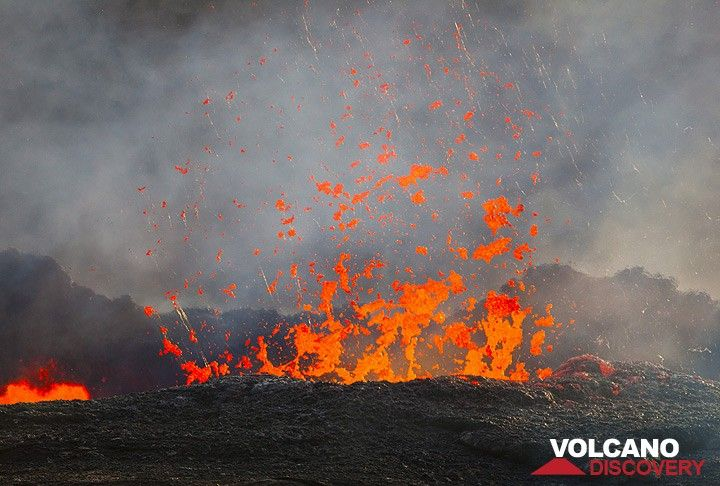 On 25 Nov, the lava level often rises to the rim of the ring wall, then descends again. Large spectacular bubbles burst. Note the intense heat blur and the formation of Pele's hair. (Photo: Tom Pfeiffer)