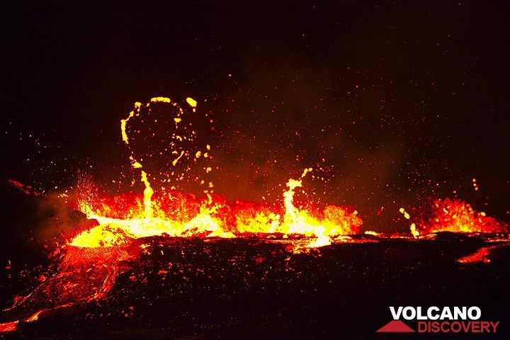 At night, the lava level rises enough to produce small overflows to the E. (Photo: Tom Pfeiffer)