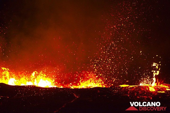 The boiling surface of the lava lake immediately after the small overflows. (Photo: Tom Pfeiffer)
