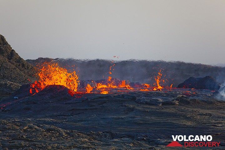 In the afternoon of 26 Nov, the lava level often rises to the very rim, but the walls still hold and after each high-magma level episode, the lava drops again a few meters. (Photo: Tom Pfeiffer)