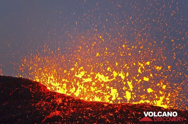 Explosions of lava from the lava lake. Overall, during 25-28 Nov, the activity of the volcano seemed to be increasing. Violently exploding gas bubbles let the lake look like a continuous strombolian firework lasting for hours. Lava often flies to 50 m or more now... (Photo: Tom Pfeiffer)