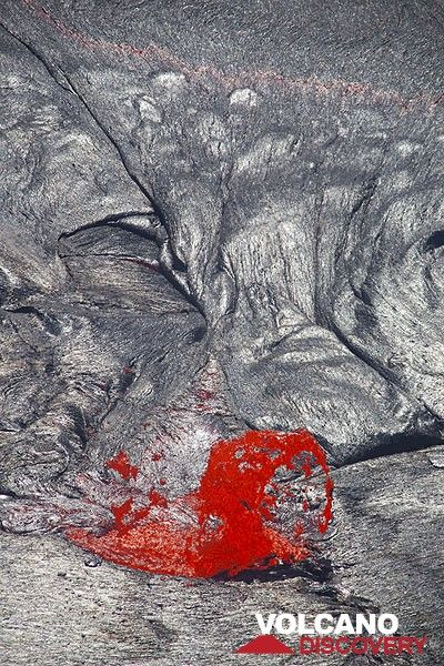 A lava fountain casts its shadow onto the silvery crust of the lava lake. (Photo: Tom Pfeiffer)