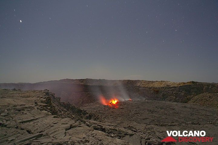 Nightly view on the north crater in moonlight (Photo: Tom Pfeiffer)