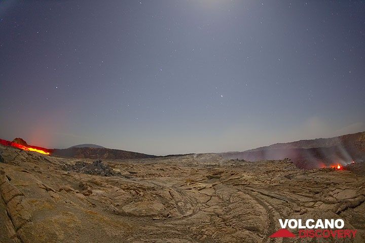 Glow from the south (l) and the north (r) crater. (Photo: Tom Pfeiffer)