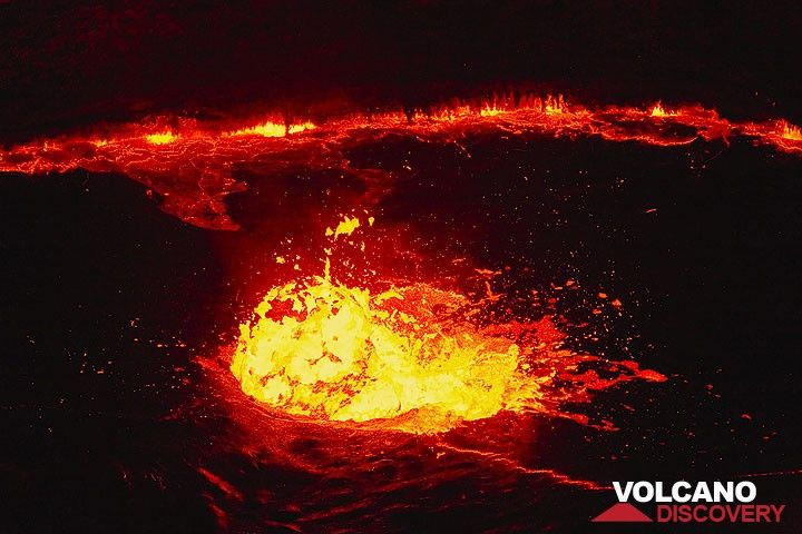 A spherical lava bubble explodes on the surface of the lake (Photo: Tom Pfeiffer)