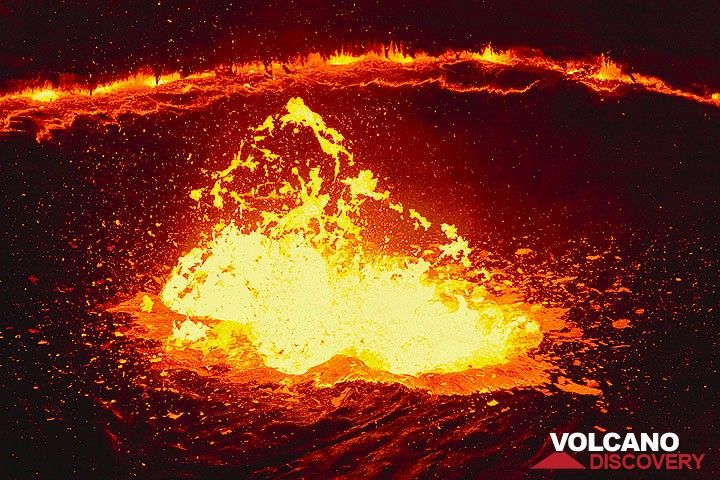 The nightly lava fountain is at its peak intensity, and almost 10 meter i´n diameter. It is so bright, that shooting this without a tripod is no problem at all, uding speeds around 1/1000 at F4 / 400 ASA... (Photo: Tom Pfeiffer)
