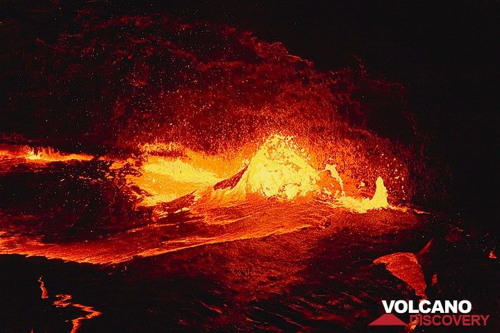 Exploding lava bubble at the fountain at the margin of the lake (Photo: Tom Pfeiffer)