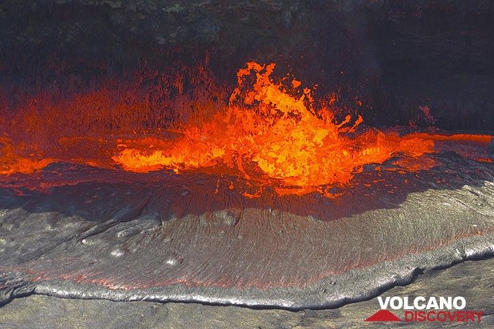 Lava fountain at the margin of the lake. (Photo: Tom Pfeiffer)