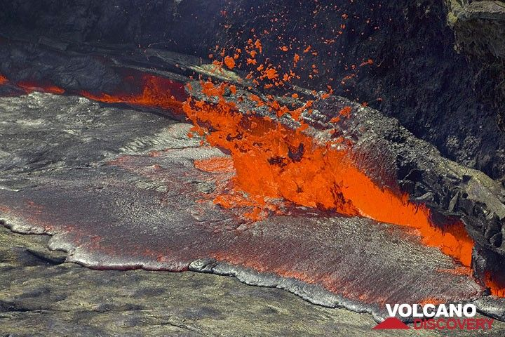 Lava bursts out from the shore of the lake. (Photo: Tom Pfeiffer)