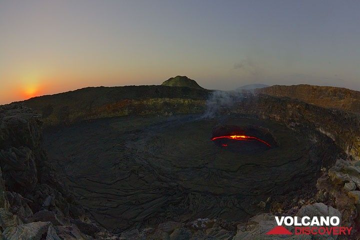 The sun is just about to rise above the horizon. The lava lake is mostly crusted over and the dry weather makes for a very clear view onto the lake. (Photo: Tom Pfeiffer)