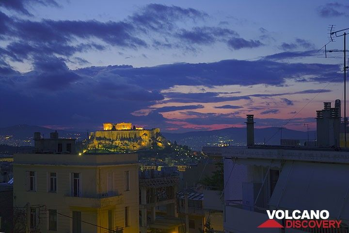 View to the Acropolis at dusk (Photo: Tom Pfeiffer)