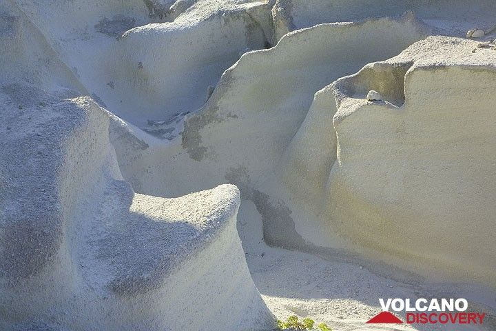 Smooth erosion structures in the white ash layers at Sarakiniko (Photo: Tom Pfeiffer)