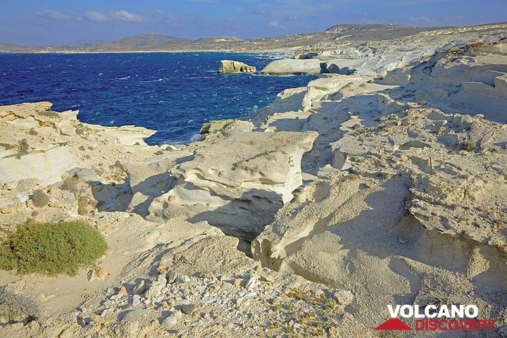 Eroded white ash deposit at the coast of Sarakiniko (Photo: Tom Pfeiffer)