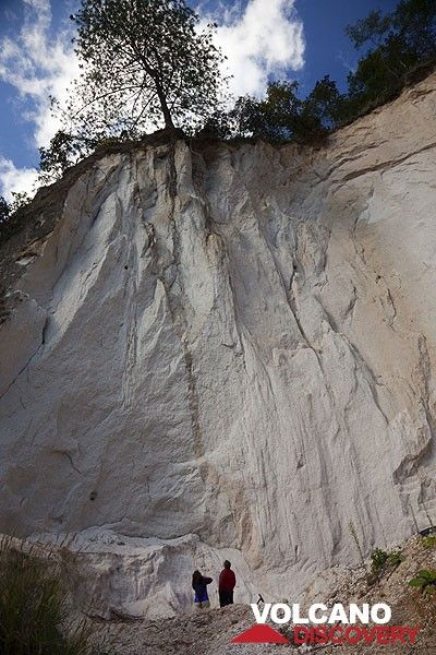 Ash flow deposits from the last giant caldera-forming eruption of Lake Atitlán ca 74000 years ago. (Photo: Tom Pfeiffer)