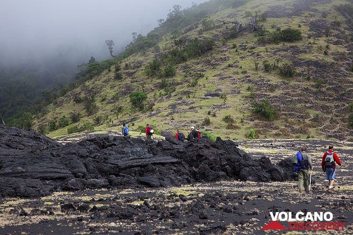Hikers near the edge of the 2006 lava flows. (Photo: Tom Pfeiffer)