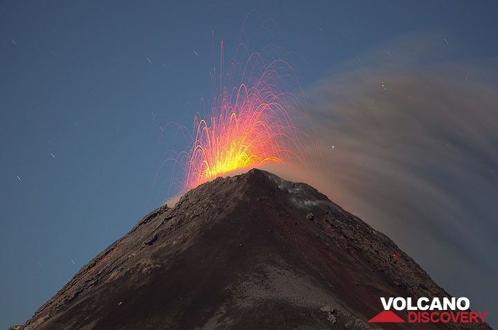 Strombolian eruption at Fuego volcano (Photo: Tom Pfeiffer)