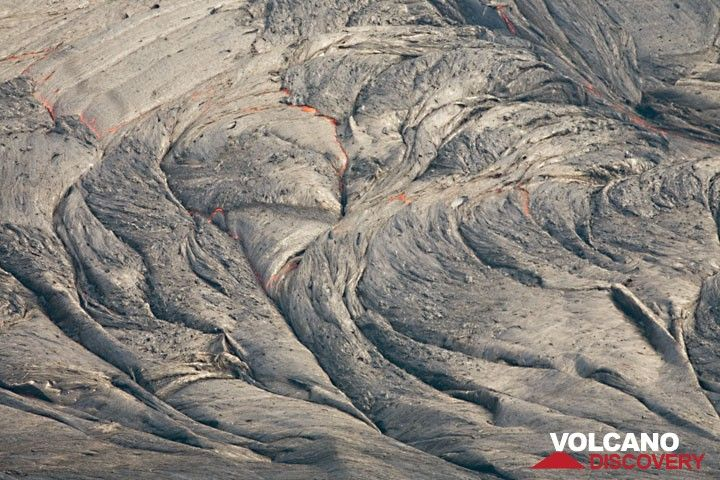 Folds on the lava lake's surface show that the surface undergoes a transition from liquid to plastic to rigid while cooling, allowing deformation in the process. (Photo: Tom Pfeiffer)