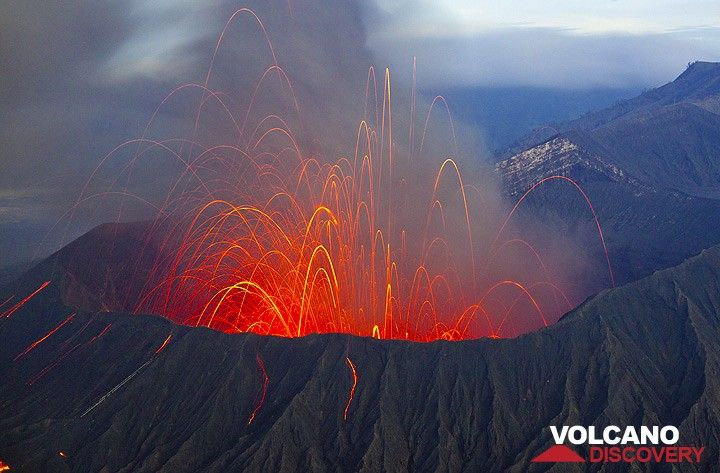 Powerful strombolian eruption at night, throwing many bombs onto the outer flank, some hitting the stairway leading up to the crater. (Photo: Tom Pfeiffer)