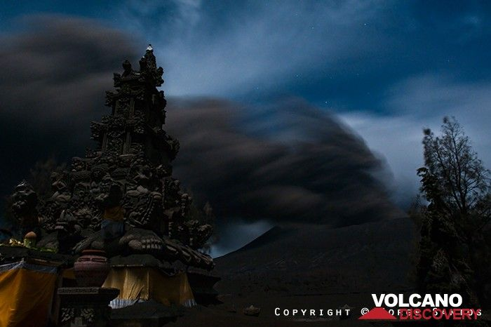 Eruption of Bromo volcano behind the Hindu temple (Photo: Jorge Santos)