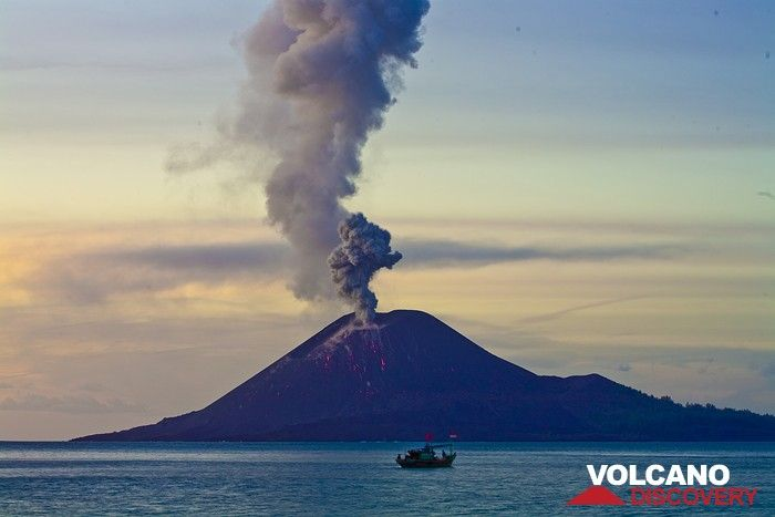 Eruption of Anak Krakatau in the evening (Photo: Tobias Schorr)