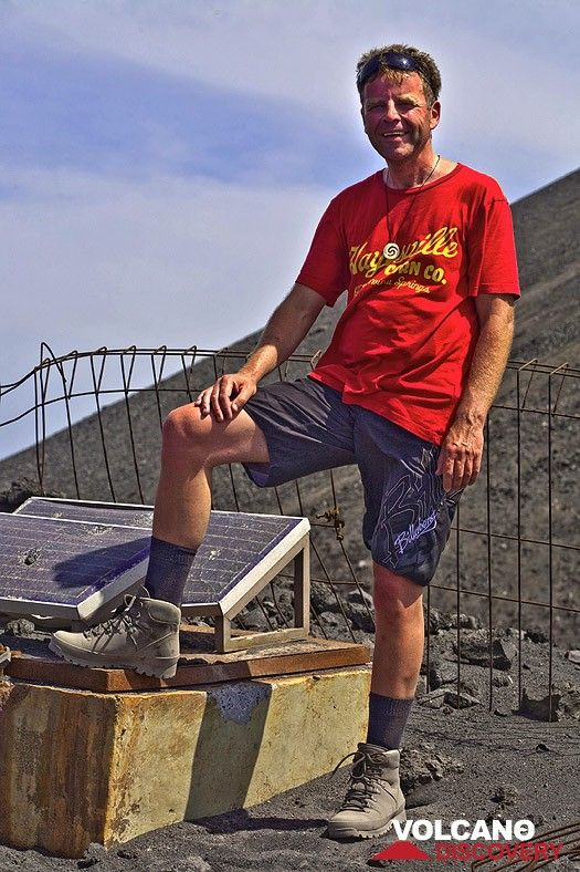 Markus at the earthquake station on Anak Krakatau volcano. (Photo: Tobias Schorr)