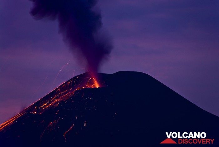 Strombolian eruption in the evening twilight at Anak Krakatau (Photo: Tobias Schorr)