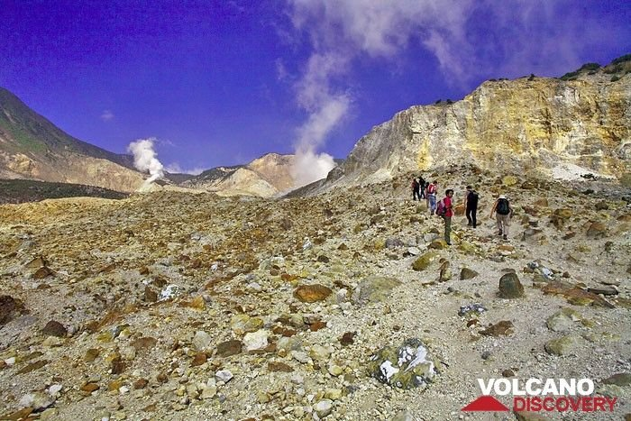 The group ascending towards the centre of Papadayan volcano. (Photo: Tobias Schorr)