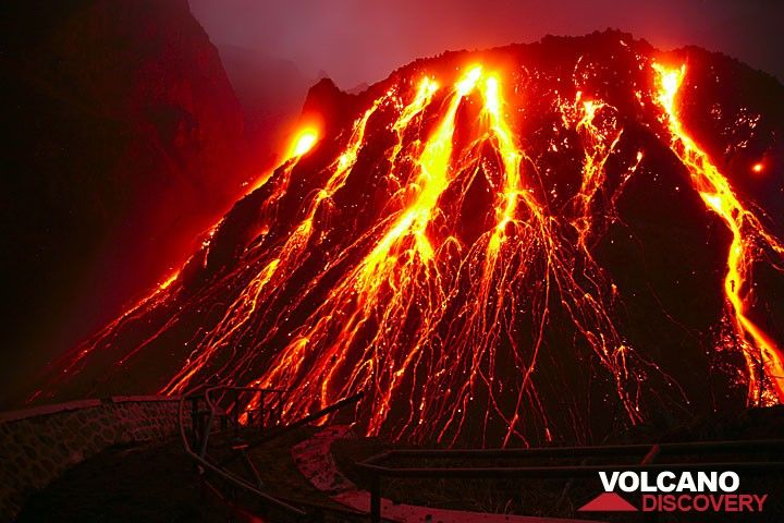 The active lava dome of Kelut volcano in East Java (Nov 2007) (Photo: Tom Pfeiffer)