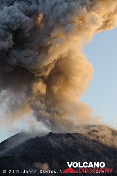 Ash eruption in the early morning light. (Photo: Jorge Santos)
