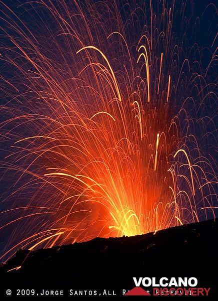 Strombolian eruption (Photo: Jorge Santos)