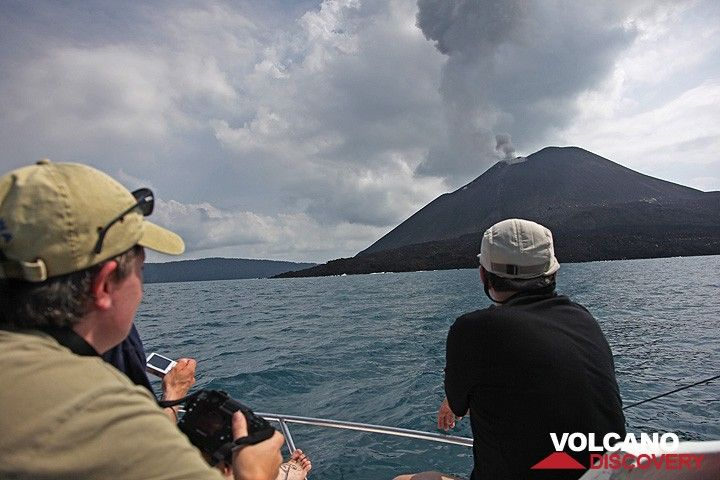Approaching Anak Krakatau by boat. (Photo: Tom Pfeiffer)