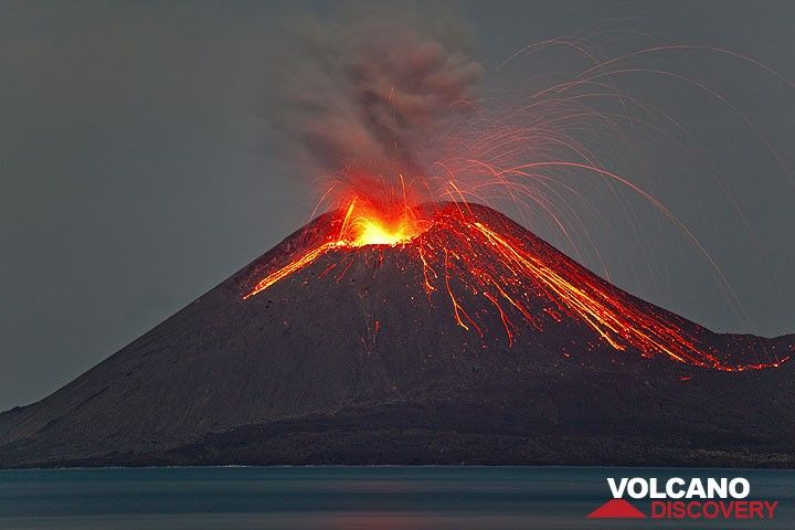 A powerful eruption directed towards the old crater rim (east), where many bombs impact. (Photo: Tom Pfeiffer)