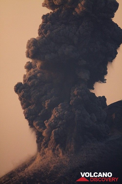 Strong ash plume after a vulcanian explosion. (c)
