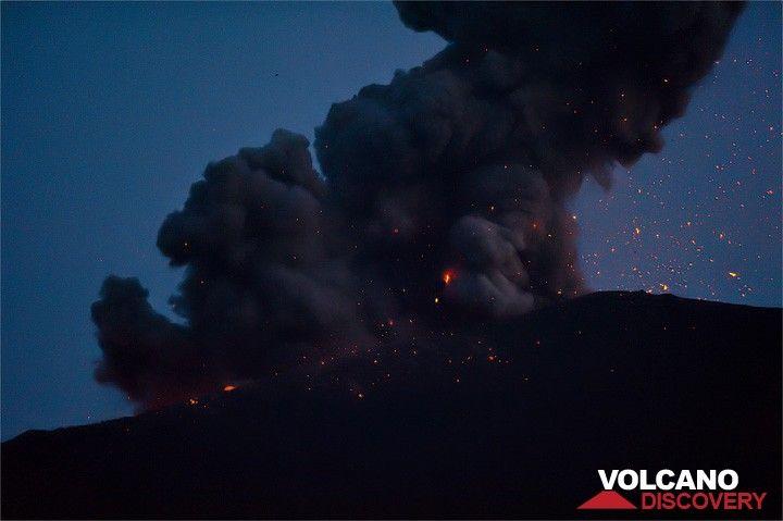 Ash cloud erupted at night. (Photo: Jorge Santos)