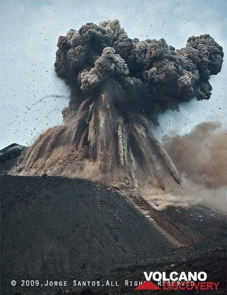 A fraction of a second later, the largest blocks are falling onto the slope of the cone, leaving dense trails of ash behind in the air, while the ash cloud expands, parts with a strong lateral component. (Photo: Jorge Santos)
