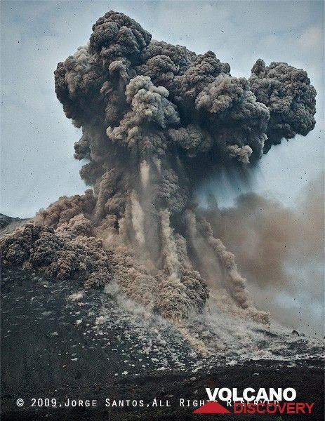 The ash cloud expands and small pyroclastic flows develop from dense ash both ejected and whirled up by impacts on the upper flanks of the cone. (Photo: Jorge Santos)