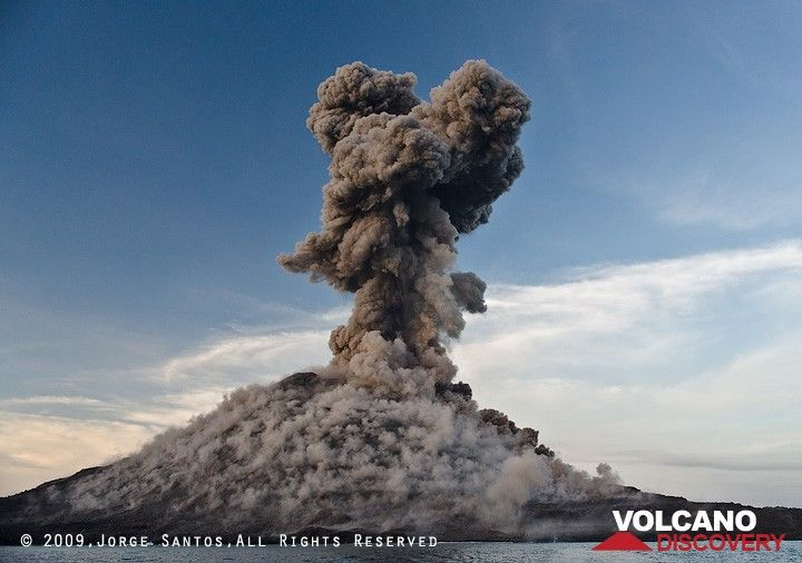 Another explosion on 3 July has left the whole crater with dusty impacts of blocks and a rising ash plume above it. (Photo: Jorge Santos)