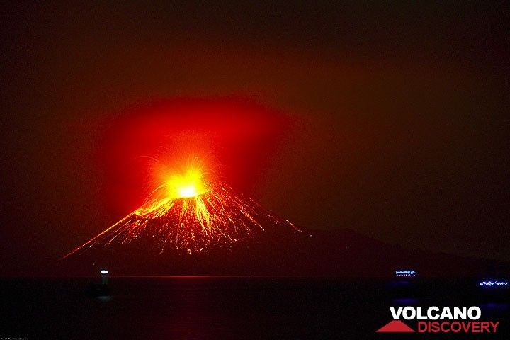 Vue nocture du Krakatau en éruption sans la lumière de la lune. (Photo: Tom Pfeiffer)