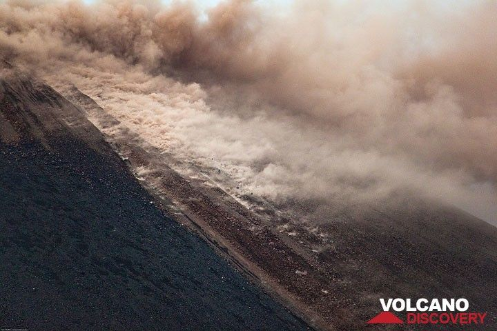 About 10 minutes after the onset, the rockfalls and the sliding of material are continous and whirl up a plume of ash. The whole cone, ready to explode, is now vibrating. (Photo: Tom Pfeiffer)