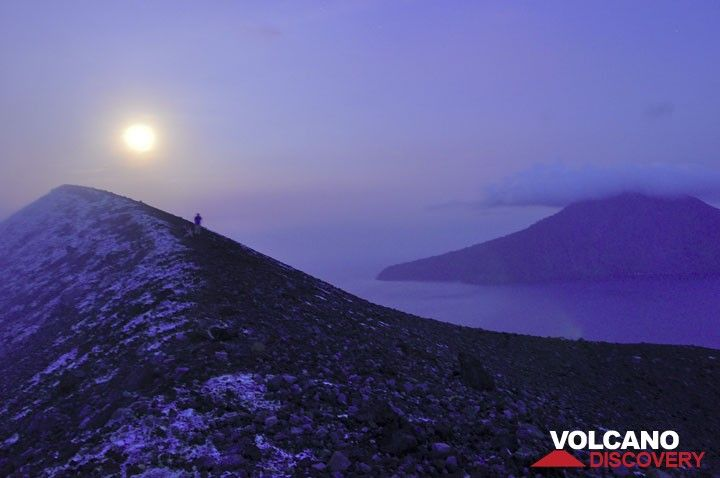 Full moon rise from the crater rim. (Photo: Andi Rosadi)