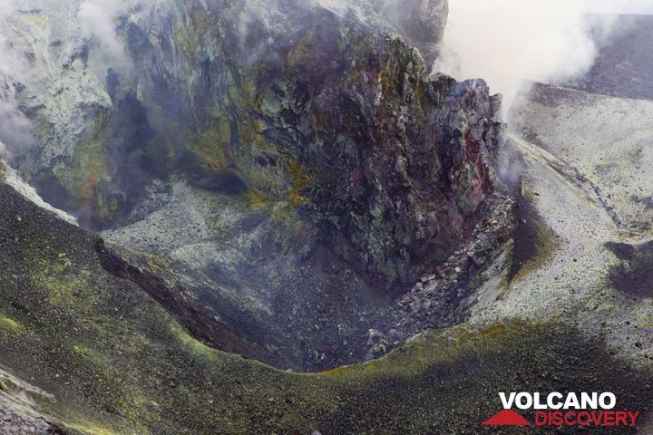 In the place of the Jan-May lava dome was a twin shallow pit crater surrounded by hot ground with extensive fumarole deposits. (Photo: Tom Pfeiffer)
