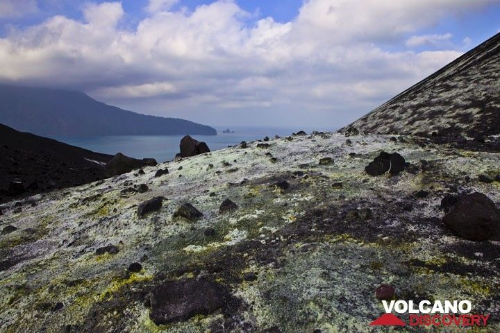 View across the fumarole field towards the west with Rakata island in the left background. (Photo: Tom Pfeiffer)