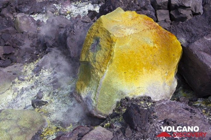 Yellow block coated by oxides and sulfur. (Photo: Tom Pfeiffer)