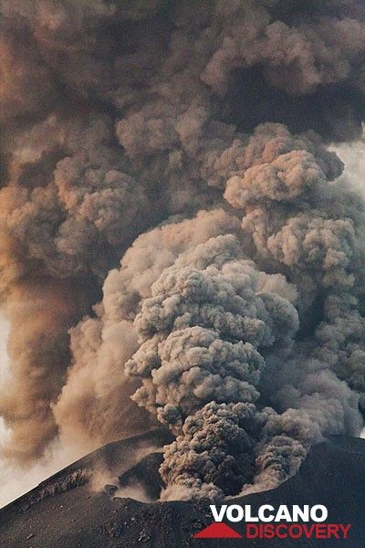 Ash emissions like this often lasted up to one minute. (Photo: Tom Pfeiffer)