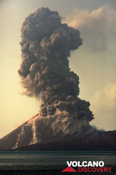 Powerful vulcanian eruption launching blocks until the base of the summit cone. (Photo: Tom Pfeiffer)