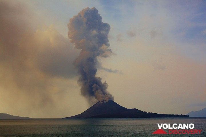 A tall eruption plume reaching approximately 1.5 km elevation. (Photo: Tom Pfeiffer)